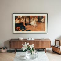 Televisio seinällä ja uusi TV-taso